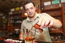 """Dát si panáka tvrdého alkoholu bylo možné v českolipské """"putyce"""" Dno pytle. Obvyklý poutač sice chyběl, ale nalili."""