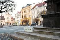 """Cedulky """"Nevstupovat"""" společně s tenkým řetízkem chrání morový sloup na náměstí."""