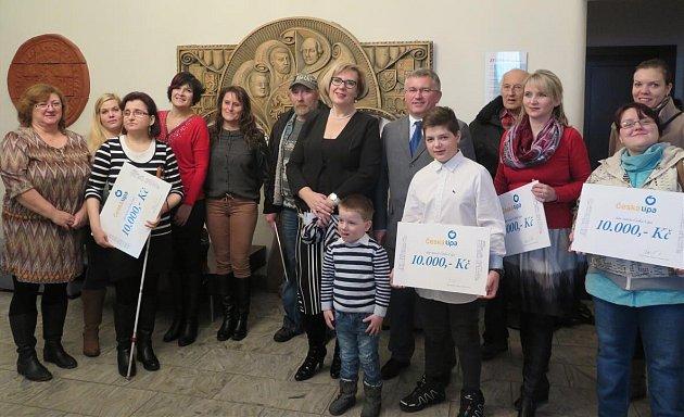 Sedmdesát tisíc korun, které vynesl letošní ples města Česká Lípa, radnice rozdělila mezi tři jednotlivce a čtyři organizace pomáhající potřebným.