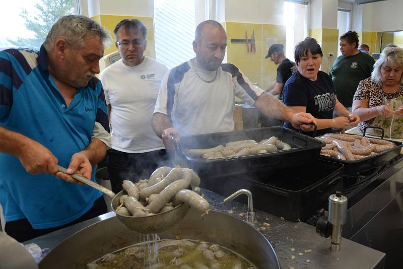 Cvikovští nadšenci vařili guláš a plnili stovky jitrnic. Zpestří jarmark