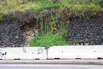 Dva roky spadlá část silniční opěrné zdi u silnice II. třídy č. 262 v ostré zatáčce za železničním přejezdem směrem na Žandov.