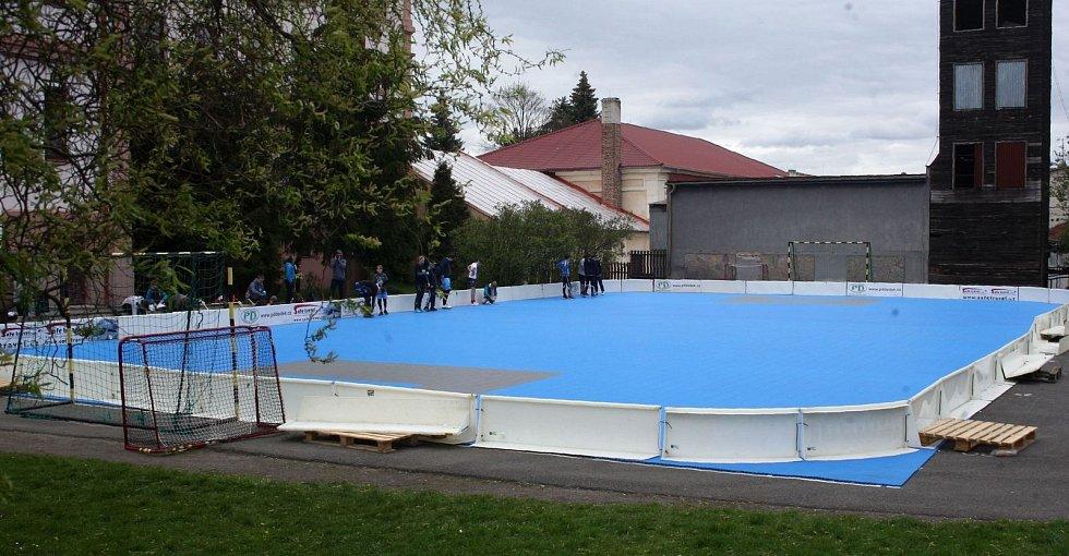 Českolipská florbalová mládež trénuje na novém venkovním v hřišti v areálu ZŠ Pátova.