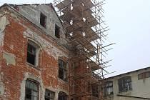 Bývalou továrnu na lustry v Kamenickém Šenově nyní zdobí lešení.