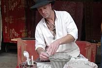 Formy na pečení tentokrát vyráběl Mejla Hlína (na snímku) na Vísecké rychtě v Kravařích. Návštěvníci mohli také ochutnat vynikající domácí koláče.