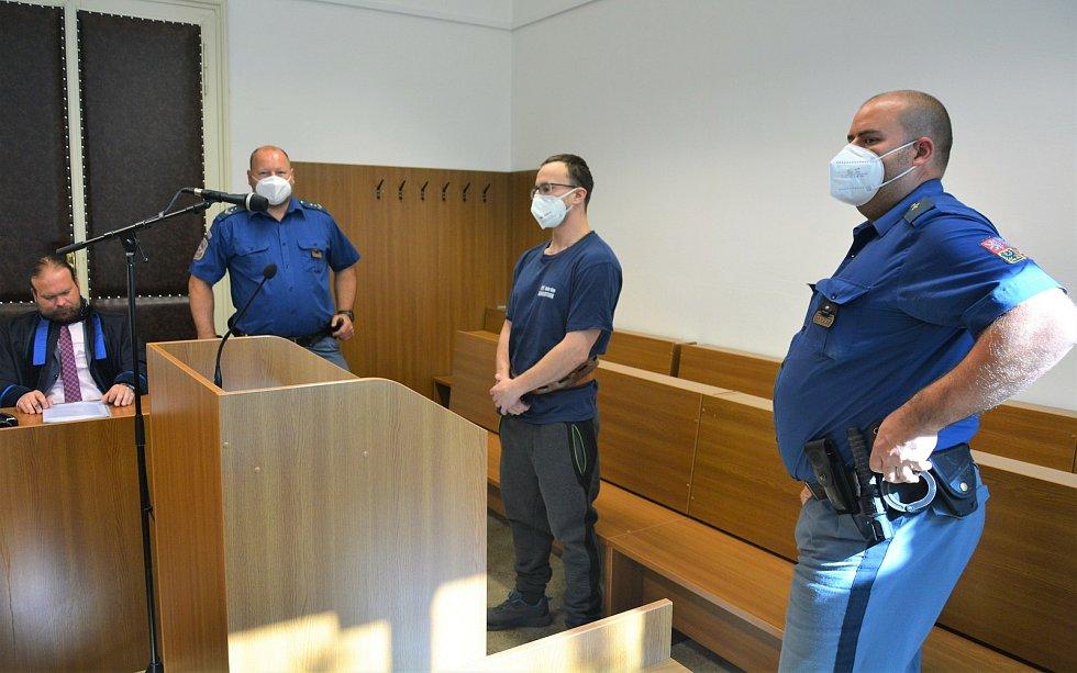Hlavní líčení s Tomášem H. u Okresního soudu v České Lípě. Obžalovaný byl z loupeže v novoborské trafice.