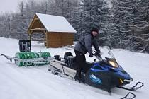 Na Polevsku v Lužických horách napadlo během pondělního rána asi 5 cm nového prašanu, na tratích tak leží kolem 12 cm sněhu. Do terénu tak mohly v pondělí vyjet skútry.