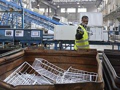 Připravit odsouzené na návrat do běžného života pomáhá ve Stráži jejich zaměstnávání. Vězni pracují například ve firmě na recyklaci použitých spotřebičů nebo ve sklárnách.