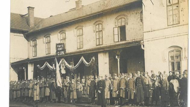Vítání vojsk na nádraží v České Lípě.