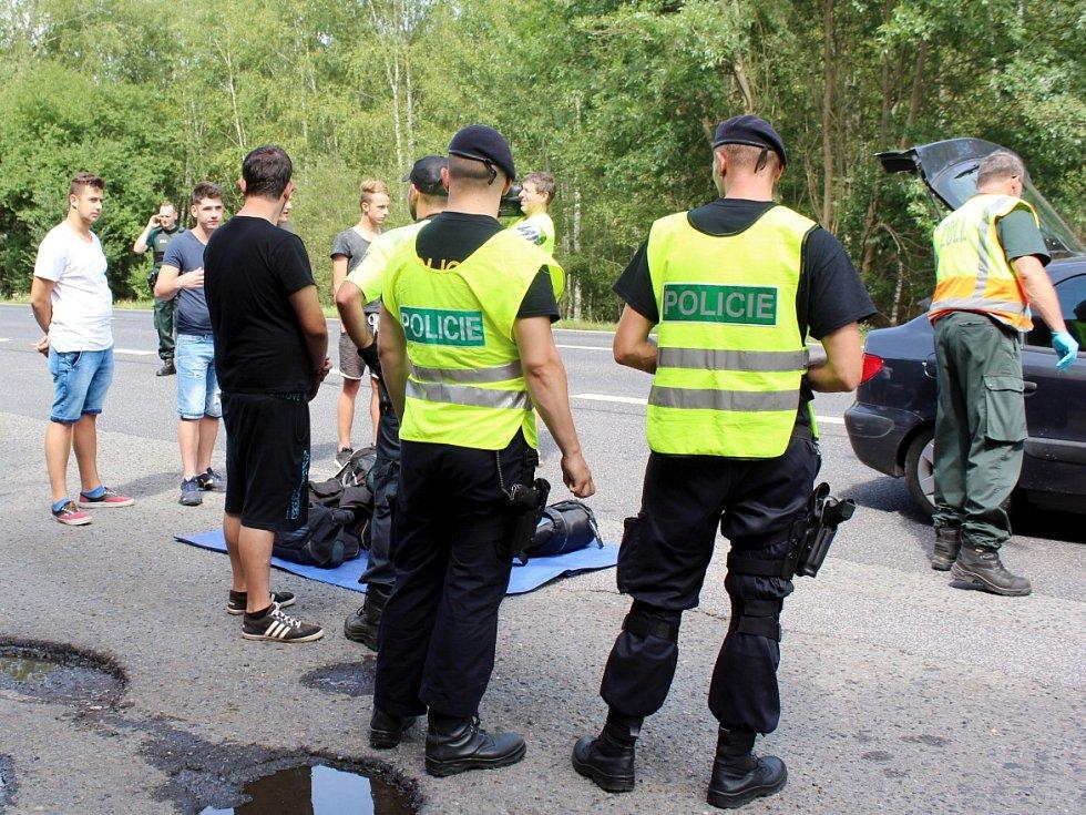 Policisté a celníci při pátečních kontrolách u Máchova jezera.