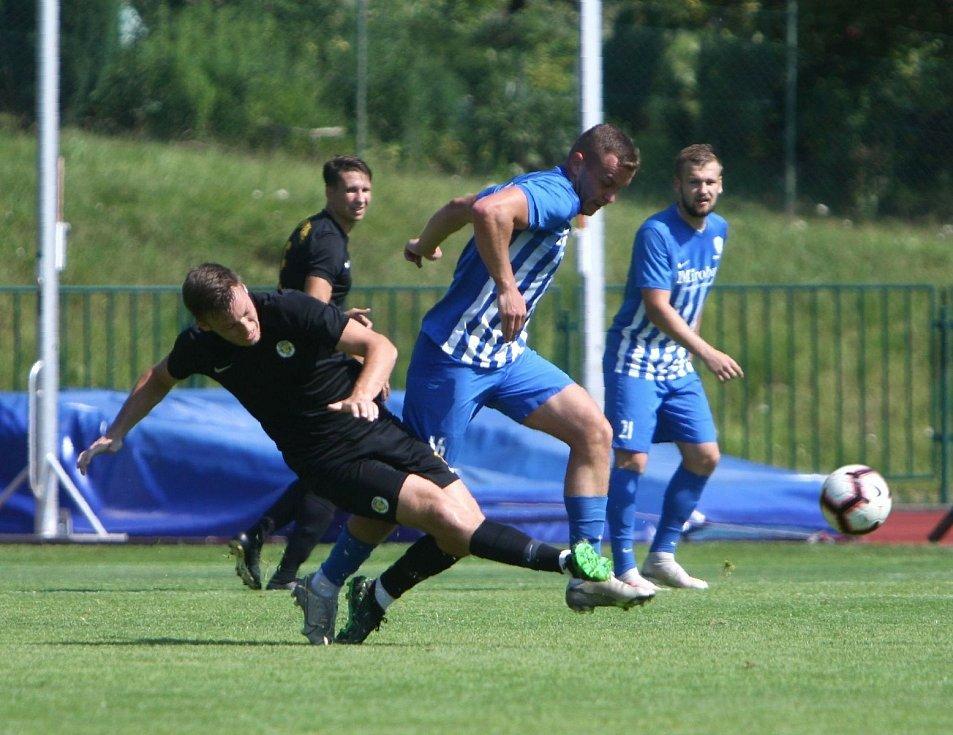 Vacek se snaží zblokovat střelu Pavlaty.