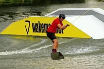 Triky na vodě i ve vzduchu si užili jak samotní jezdci, tak i plno diváků okolo.