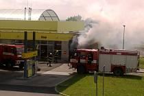 Požár renaultu v myčce na Ladech.