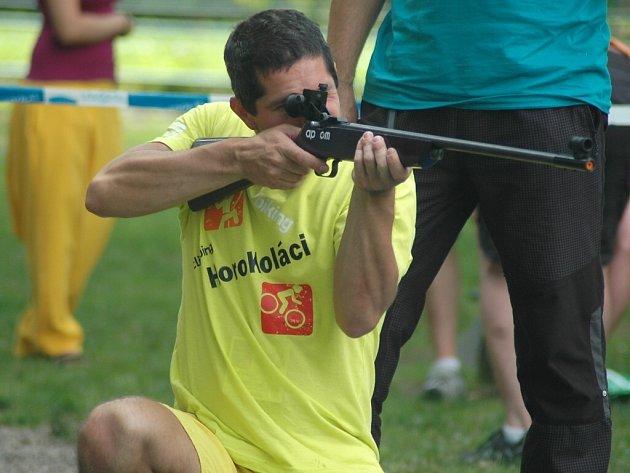 Na každý ze 120 přihlášených týmů čeká během dvou dnů sedmnáct disciplín. Například biatlon.
