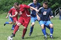 Remízou skončil zápas mezi Dolní Libchavou a Velkým Valtinovem. Dušánek se snaží obejít J. Kovaleva s Bezděkovským.
