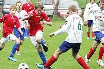 Páté místo republikovém turnaji mladších žáků, který byl vlastně mistrovstvím České republiky výběrů OFS, obsadila Česká Lípa, která v posledním utkání porazila výběr Ústí nad Labem. Rychtr se snaží zastavit pronikajícího Pažouta.
