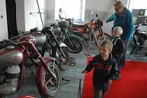 V expozici hornopolického muzea je k vidění na dvacet jízdních kol i historické motocykly.