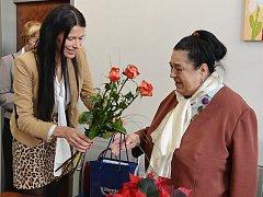 Oceněné pěstounce Daniele Cincibusové pogratulovala k ceně Roma Spirit náměstkyně hejtmana Lenka Kadlecová.
