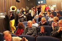 Temperamentní hudbou rozproudila návštěvníky novoborského kina kapela Oranžáda.