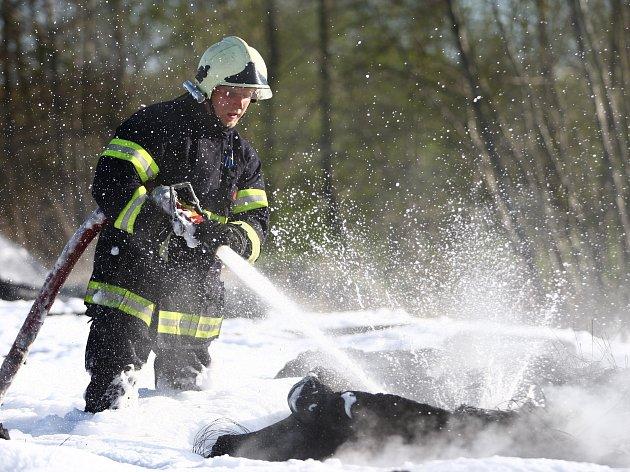 Požár pneumatik ve Velkém Grunově zaměstnal sedm hasičských jednotek.