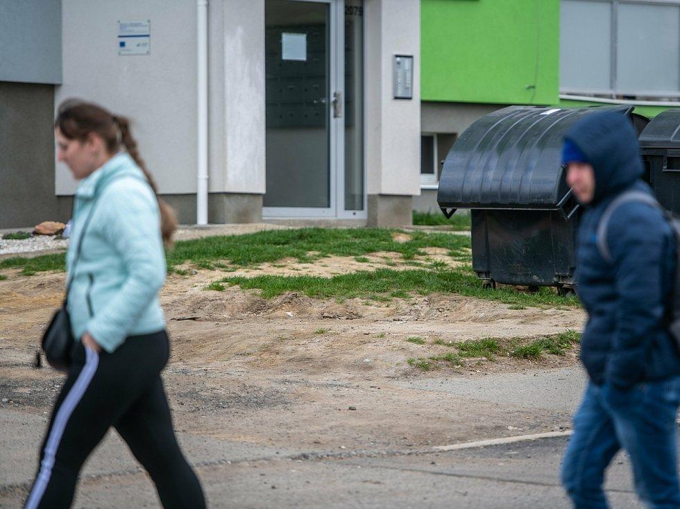 Na webu Zlatých stránek jsem se dočetl, že v České Lípě se nachází 27 telefonních budek. V křížení ulic Okružní a Příbramská, naproti bývalé policejní stanici, se zdá, jakoby k odstranění došlo nedávno.