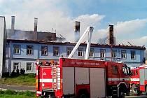 Deset jednotek hasičů likvidovalo středeční rozsáhlý požár domu v centru České Lípy.