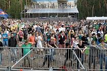 Hudební festival Mácháč se koná na pláži Klůček u Máchova jezera.