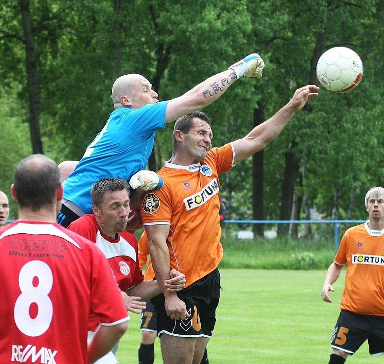 Skalice si upevnila vedení v tabulce I. A třídy výhrou nad týmem Mírové. Hostující gólman Jíra vyráží míč před Hlavinkou.