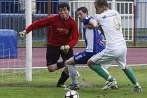 Remízu 2:2 vybojovala rezerva České Lípy doma s béčkem FKP Turnov. Bečvařík bojuje o míč s Vondráčkem a gólmanem Hykou.