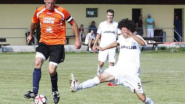 Tým Doks podlehl v přípravě rezervě českolipského Arsenalu (v bílém).Na snímku Brož sleduje souboj Mihálika s Cengerem.