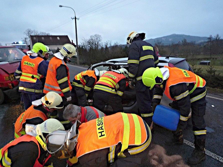 U vážné úterní nehody museli hasiči z České Lípy a Stružnice použít hydraulické vyprošťovací nástroje, aby dostali řidiče jednoho z vozů ven. Při srážce se zranili tři lidé, jeden těžce.