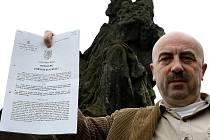 Starosta Kravař Vít Vomáčka se soudním rozhodnutím. Podle dokumentu socha nepatří novoborskému podnikateli.