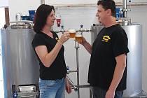 Manželé Stuchlíkovi společně vaří pivo ve vlastním minipivovaru, který mají hned za svým domem.