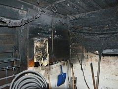 Požár kiosku s občerstvením na břehu Máchova jezera napáchal škodu za 350 000 Kč.