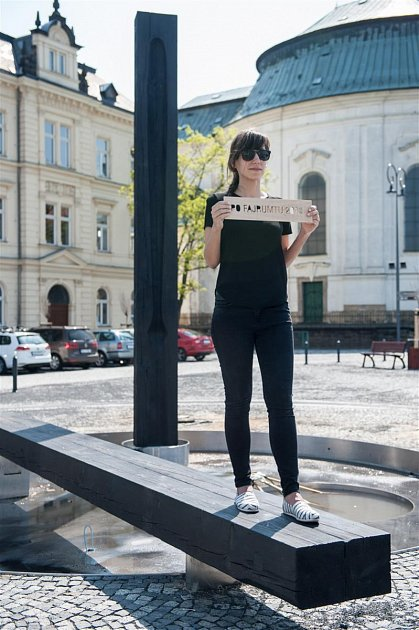 """Plastika """"Po Fajrumtu"""" od letošního jara dominuje středové části nově zrekonstruovaného náměstí Míru."""