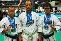 Medailisté ze světového šampionátu WTKA v Itálii (zleva): Ondřej Samek, Pavel Znamenáček a Filip Peřinka.