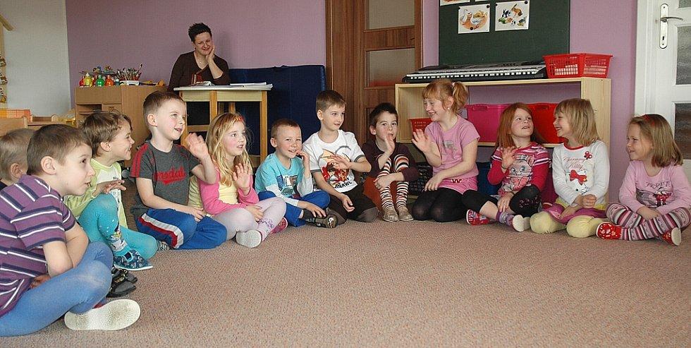 Děti z mateřské školy v Kravařích učí základy angličtiny Jason 04d8eb91736
