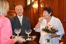 Zlatou svatbu oslavili manželé Šírovi z České Lípy v obřadní síni liberecké radnice.