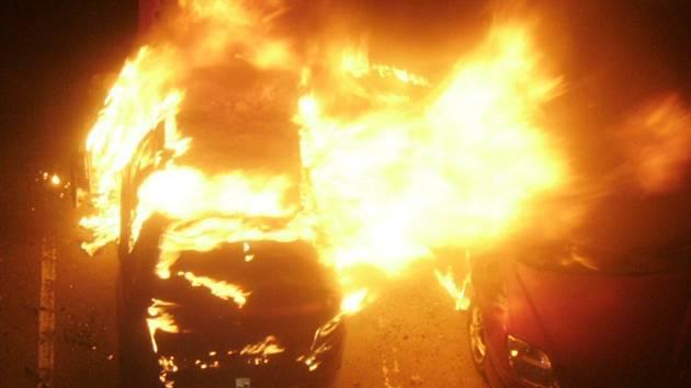 Na sídlišti Sever shořelo zaparkované auto