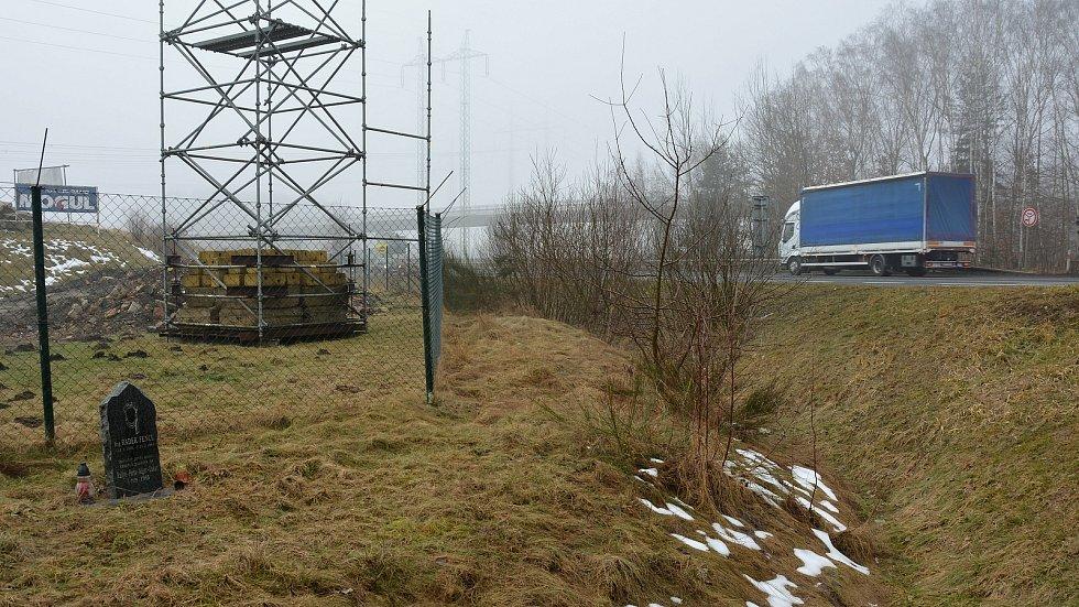 Nenápadný pomníček u rušné křižovatky vedle autodromu v Sosnové na Českolipsku připomíná inženýra Radka Fencla z Liberce.