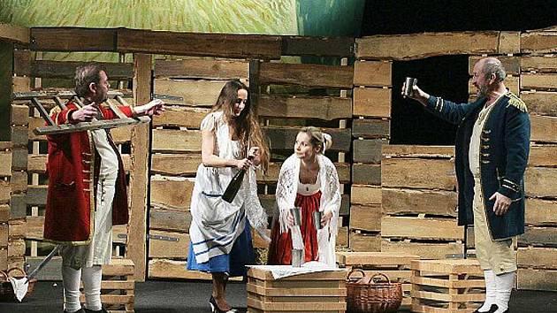 Mojmír Maděrič a Oldřich Navrátil se představí v hlavních rolích komedie Dva muži v šachu, kterou Lesní divadlo ve Sloupu v Čechách uvede v pátek 10. července ve 20.30.