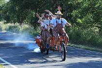 Vyznavači vícemístných bicyklů se letos opět sešli ve Velkém Grunově na Českolipsku