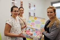 Českolipské novorozenecké oddělení získalo dalších deset speciálních kufříků, které slouží dětem odloučených od svých biologických rodičů.