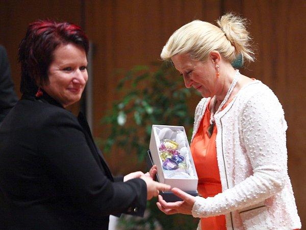 Plastiku za oblast sociální a zdravotní totiž získala primářka plicního oddělení českolipské nemocnice Magdaléna Popelková.