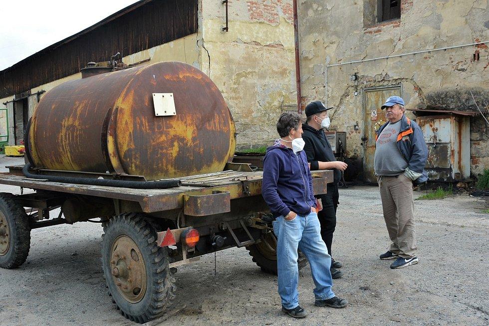 Nová filmová komedie Grand Prix právě vzniká ve Cvikově, Zákupech a v Sedlišti, jedné ze zapomenutých osad Luhova.