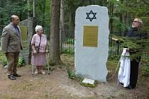 Symbolický hrob židovských obyvatel Nového Boru, kteří se během II. světové války stali oběťmi holocaustu, odhalili na novoborském Lesním hřbitově.