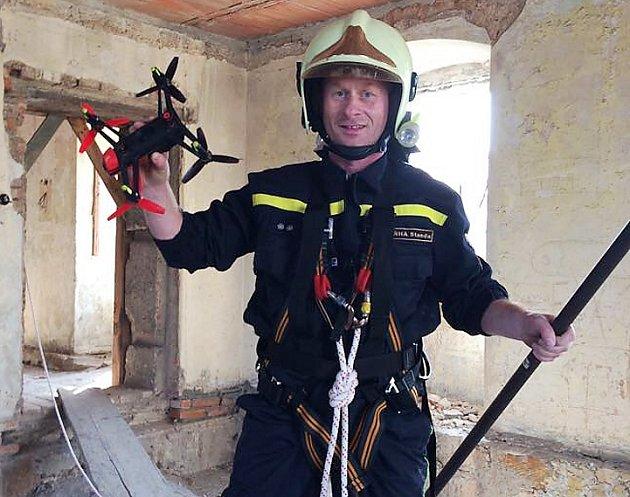 Hasiči ze Zákup minulý týden sundávali ze střechy místního zámku létající dron.