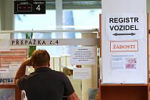 Upozornění na jedné z přepážek českolipského odboru dopravy varuje před nefunkčním systémem.