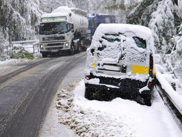 Nepřetržité sněžení způsobilo problémy v dopravě po celém Libereckém kraji. Českolipsko nebylo výjimkou. Od časných ranních hodin byl úplně neprůjezdný úsek mezi Novým Borem a Práchní. Problémy byly i u Svoru.