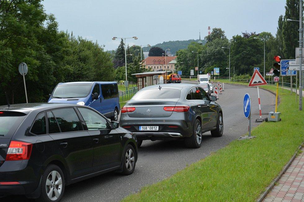 Dopravu kolem celého středu České Lípy řídí semafory stavbařů.