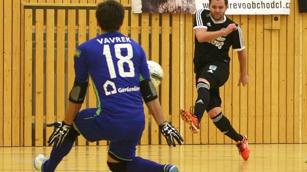Fichtner se snaží prostřelit litoměřického gólmana Vavreka.